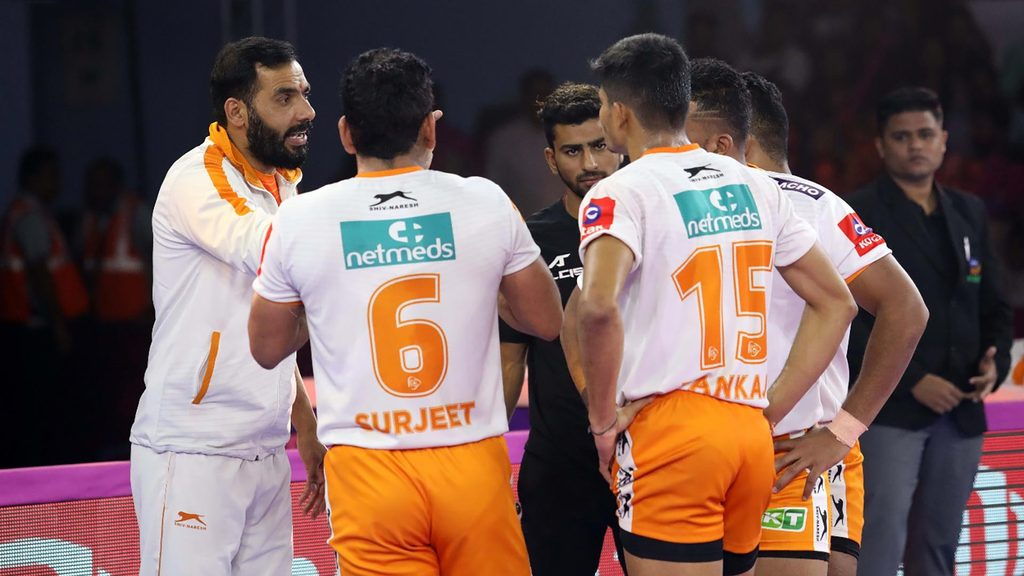 Puneri Paltan coach Anup Kumar in conversation with his team.