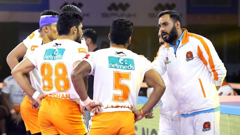 Puneri Paltan coach Anup Kumar has a word with his players.